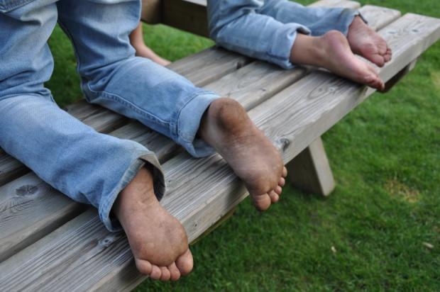 buitenspelen vieze voetjes