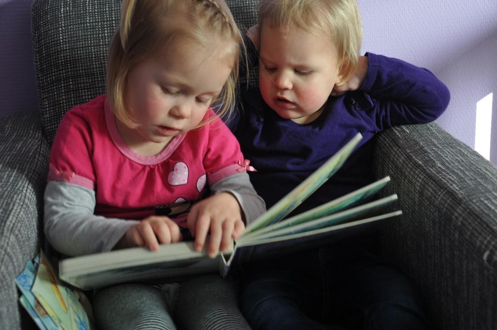Samen een boekje lezen.