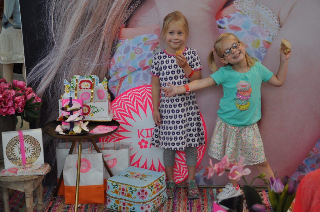 Dochterlief straalt in haar Kidz Art setje dus even poseren in de kleurrijke stand van dit merk.