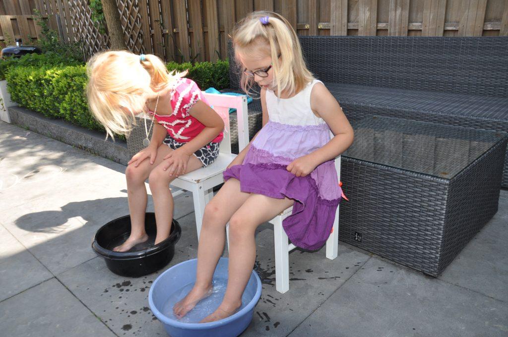 Eerst een voetenbadje om de voetjes schoon te maken.