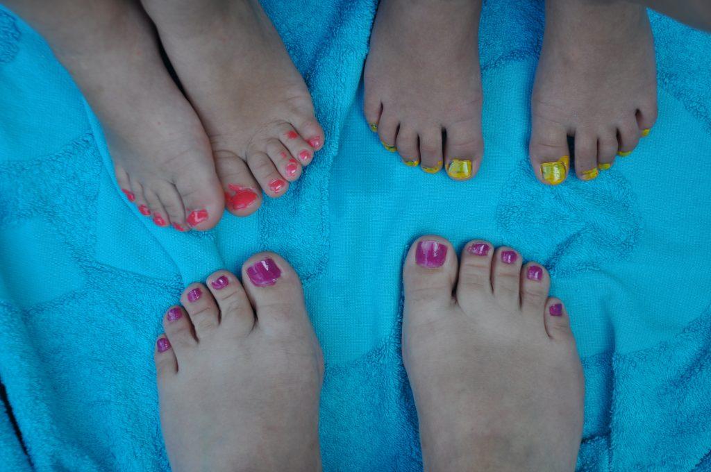 Ik liet de meisjes zelf hun eigen nageltjes lakken. Slijt er toch snel af op de voetjes.