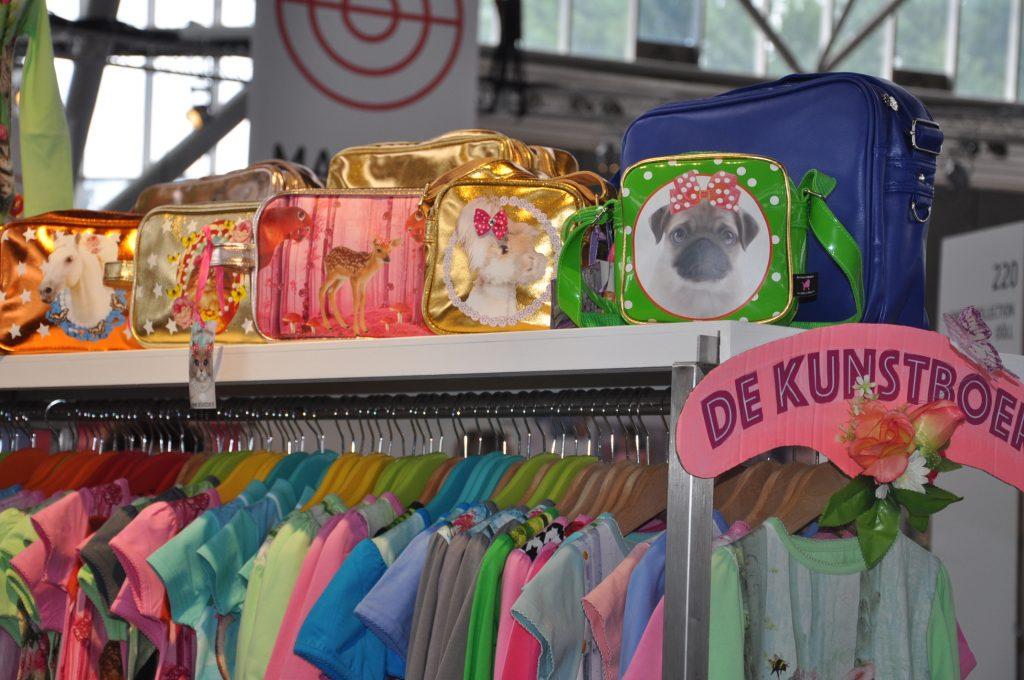 Ik houd ervan, de kleurtjes die de Kunstboer gebruikt. Deze tassen zijn té snoeperig ook!