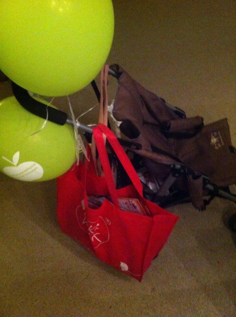 Ballonnen aan de wagen, tas vol troepjes.