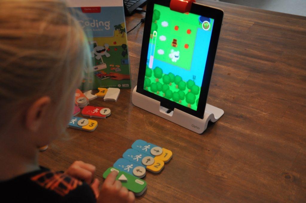 Mijn dochter is sinds afgelopen weekend verslingerd aan Osmo Coding, een programmeerspel voor kinderen van 5 tot 12 jaar dat wij op dit moment reviewen. Ik hoop je hier snel meer over te vertellen, maar dit speelgoed gaf ons hele gezin een WOW-gevoel!