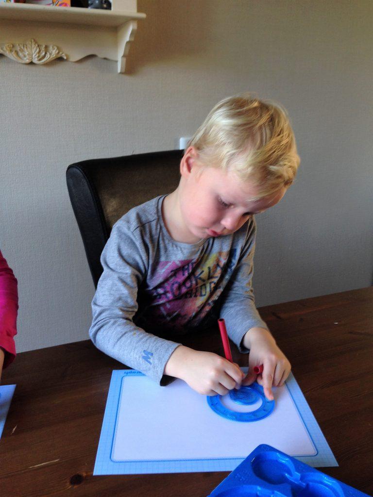 jongen met spirograph