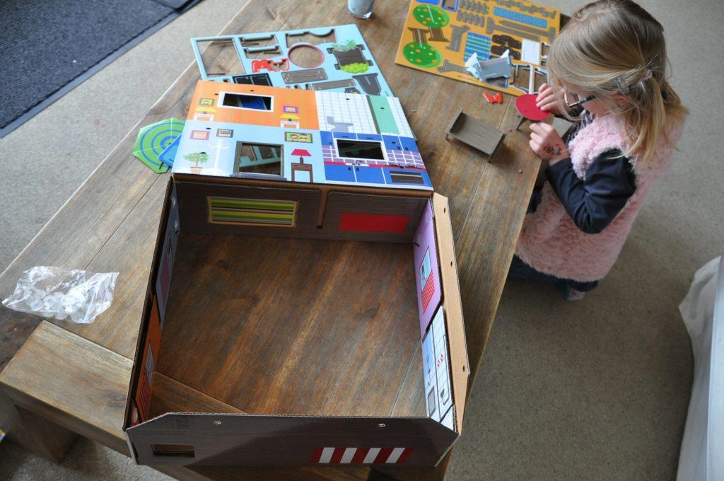 kartonnen poppenhuis