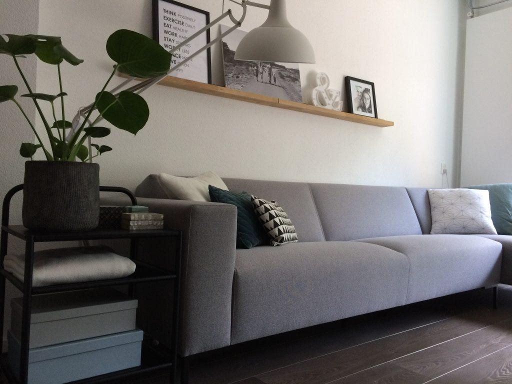 binnenkijker grijze bank woonkamer